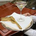 映画『007』シリーズで使用された1980年製ロータスエスプリターボと、黄金の銃のレプリカ。英ロンドンにて(2009年7月8日撮影、資料写真)。(c)LEON NEAL / AFP