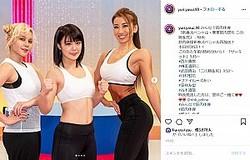『みんなで筋肉体操』新春スペシャルにも出演した安井友梨さん(右)(画像は『Yuri Yasui IFBB BIKINI 2020年1月4日付Instagram「みんなで筋肉体操「新春スペシャル・豪華筋肉祭り 二の腕&尻」- NHK」』のスクリーンショット)