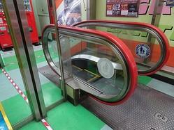 鏡のマジックで、2段しかないように見える「短過ぎるエスカレーター」=都内のタイトーステーション秋葉原店の3階
