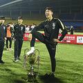 優勝トロフィーを踏むU-18韓国代表の選手