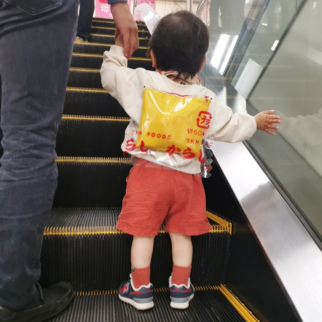 [画像] 「えっ、カラシ!?」子どものリュックが可愛いくて三度見「納豆が食いたくなる」「タレも作って」クオリティの高さに驚き