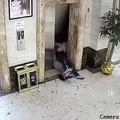 中国のホテルで酔った男性がエレベーターの扉にぶつかる 壊れて2人転落