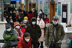 中国・武漢の紅十字会医院で、マスクを身に着けて診察の順番を待つ人々(2020年1月25日撮影)。(c)Hector RETAMAL / AFP