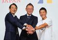 フォトセッションで笑顔を見せる(左から)ヤフーの川辺健太郎CEO、ZOZOの沢田宏太郎取締役、前澤友作氏(撮影・木村 揚輔)