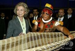 ブラジル先住民のアリタナ・ヤワラピティ長老(右)とスペインのソフィア王妃。ブラジル・ブラジリアにて(2003年10月5日撮影、資料写真)。(c)Evaristo SA / AFP