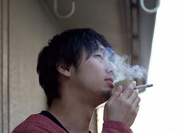 マンションのベランダで喫煙する「ホタル族」に怒りの声 「洗濯物に臭いがうつる」「窓を閉めるしかない」