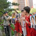 人権派弁護士の一斉拘束事件をめぐり、最高人民検察院前で抗議する王峭嶺さん(右端)と李文足さん(右から2人目)ら=2017年7月、北京、延与光貞撮影