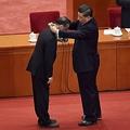 中国の習近平国家主席は9月8日、中共ウイルスの抑制に貢献した医師らの表彰式で演説を行った(NICOLAS ASFOURI/AFP via Getty Images)