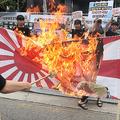 韓国で燃え上がる反日運動(EPA=時事)