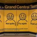 米ニューヨークのグランドセントラル駅に掲示された、マスクの正しい着用法を示すポスター(2021年5月12日撮影)。(c)Angela Weiss / AFP