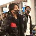羽田空港に現れた山下。ファンたちは彼をハイヤーまで見届けると、会釈して颯爽と立ち去って行った
