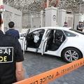 韓国の首都ソウルで、米国大使館の正門に突っ込んだ自動車を調べる警察官ら(2019年6月25日撮影)。(c)AFP=時事/AFPBB News