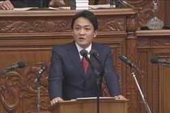 衆院本会議で質問する立憲民主党の玉木雄一郎代表。タブレット端末の使用が許可されなかった(写真は衆院インターネット中継から)