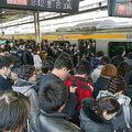 停電の影響で混雑するJR高円寺駅のホーム(25日=東京都杉並区)