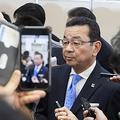昨年の東京モーターショーで報道陣に囲まれるホンダの八郷社長。日本初公開のホンダeや電動化への質問が数多く飛んだ