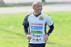 動画では「簡単なんでやってみてください」と言う小野伸二。写真:金子拓弥