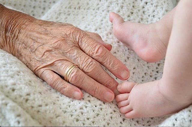 中共肺炎 − 新型コロナ 肺炎に罹った90歳のおばあちゃん 人工呼吸器を若い患者に譲ると言い残し死亡