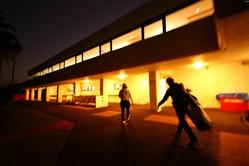 真っ暗のなか練習から引き上げる大会3日目の鈴木愛(撮影:村上航)