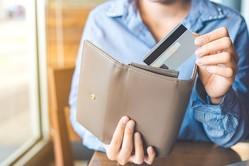 「お金持ちほどケチ」「お金持ちはたくさんお金を使う」とか、「お金持ちは高級品を好んで買う」という話を耳にすることがありますが、実際はどうでしょうか。お金持ちとそうでない人の行動パターンを分析してみます。