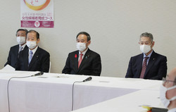 自民党役員会に臨む(左から)二階俊博幹事長、菅義偉首相、佐藤勉総務会長(時事通信社)