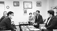 (写真)小笠原市長(手前左)と懇談する(右から)高橋、畠山両氏ら=7日、北海道登別市
