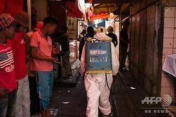 マダガスカルで肺ペストを含むペスト感染が発生した際の消毒作業の様子(2017年10月10日撮影、資料写真)。(c)RIJASOLO / AFP