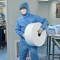 中国・北京の工場で、マスクの原料を運ぶ従業員(2020年4月24日撮影、資料写真)。(c)WANG ZHAO / AFP