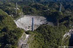 米領プエルトリコで、崩壊したアレシボ天文台の巨大望遠鏡(2020年12月1日撮影)。(c)Ricardo ARDUENGO / AFP