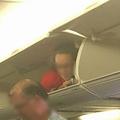 客室乗務員が荷物入れに入り込む 写真拡散で米航空会社が炎上