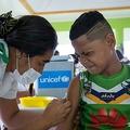 サモアの村で麻疹の予防接種を受ける子ども。国連児童基金ユニセフ・サモア提供(2019年12月2日撮影、4日公開、資料写真)。(c)AFP PHOTO / ALLAN STEPHEN / UNICEF