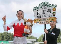 WASJ第3戦をスワーヴアラミスで勝利し、JRA初勝利を挙げたミシェル騎手(左)=札幌競馬場