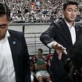 サッカー親善試合、Kリーグ・オールスター対ユベントス。ベンチに座るユベントスのクリスティアーノ・ロナウド(中央下)の前に立つ警備員(2019年7月26日撮影)。(c)Jung Yeon-je / AFP