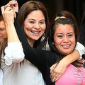 レイプで妊娠した子どもを死産し、反中絶法で有罪とされ、控訴審で逆転無罪を勝ち取ったエベリン・エルナンデスさん(中央)。エルサルバドルの首都サンサルバドルの裁判所前で(2019年8月19日撮影)。(c)Oscar Rivera / AFP