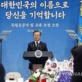 独立有功者やその子孫らとの昼食会で発言する文大統領=13日、ソウル(聯合ニュース)