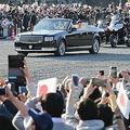 即位を祝うパレードで、集まった大勢の人々に手を振られる天皇、皇后両陛下=10日午後、皇居前広場