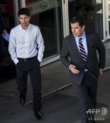 チリの首都サンティアゴの裁判所を後にするニコラス・セペダ・コントレラス容疑者(左、2019年4月17日撮影)。(c)Martin BERNETTI / AFP