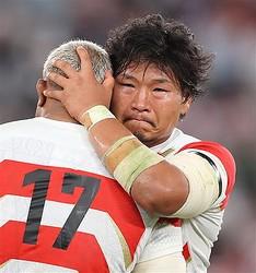 試合後、中島と抱き合う稲垣=味の素スタジアム(撮影・山田俊介)