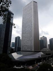 東京・西新宿にある新宿住友ビルは、オープンスペースだった低層部に屋根をつけて約3250平方メートルの屋内広場をつくった=東京都新宿区