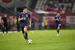 パラグアイ戦で冨安は、前半にCBで、後半に右SBでプレーした。写真●金子拓弥(サッカーダイジェスト写真部)