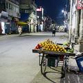 インド・アラハバードの閑散とした道路脇で果物を売る人(2020年4月2日撮影)。(c)SANJAY KANOJIA / AFP