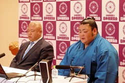 オンラインで新十両会見を行った武将山(右)。左は師匠の藤島親方(日本相撲協会提供)