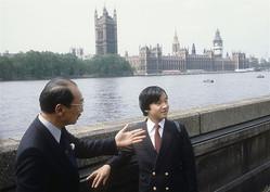 オックスフォード大学入学前のロンドン滞在中、テムズ河畔を見学される天皇陛下(1983年6月=時事)