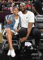 米ラスベガスで開催された同国女子プロバスケットボール協会(WNBA)のオールスター戦を観戦したコービー・ブライアント氏(右)と次女のジアナさん(2019年7月27日撮影)。(c)Ethan Miller/Getty Images/AFP