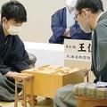 木村一基王位(右)に勝利し、感想戦で対局を振り返る藤井聡太七段(日本将棋連盟提供)