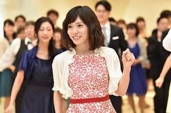 錦戸亮主演「ウチの夫は仕事ができない」最終話でキュートに踊る松岡茉優。後ろには壇蜜の姿も/(C)NTV