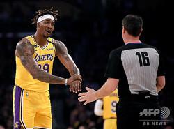 米NBAのロサンゼルス・レイカーズでプレーするドワイト・ハワード(左、2020年2月21日撮影)。(c)Harry How / GETTY IMAGES NORTH AMERICA/ AFP