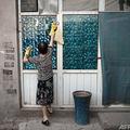 中国・北京郊外で窓を掃除する女性(2017年6月20日撮影、資料写真)。(c)Nicolas ASFOURI / AFP