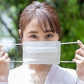 マスクを着用しようとしている女性