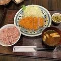 ロースかつ膳 1529円。写真は「麦ご飯×赤味噌汁」のチョイス。記者が試したところ、オリジナルドレッシングをかけるとナイスな和風とんかつに