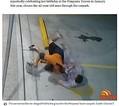男の首根っこを掴み、地面に倒した強すぎる55歳の女性(画像は『PerthNow 2021年2月22日付「Dramatic footage shows Gold Coast grandma fight off alleged thief in carpark tussle」(Credit: Channel 7)』のスクリーンショット)
